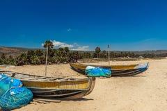A vista larga de barcos de pesca estacionou apenas no litoral com cacho e montanha no fundo, Visakhapatnam, Índia 5 de março de 2 Imagens de Stock Royalty Free