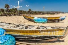 A vista larga de barcos de pesca estacionou apenas no litoral com cacho e montanha no fundo, Visakhapatnam, Índia 5 de março de 2 Fotos de Stock Royalty Free