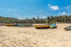 A vista larga de barcos de pesca estacionou apenas no litoral com cacho e montanha no fundo, Visakhapatnam, Índia 5 de março de 2 Fotografia de Stock Royalty Free