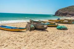 A vista larga de barcos de pesca estacionou apenas no litoral com fundo do mar ou do oceano, Visakhapatnam, Índia 5 de março de 2 Fotos de Stock