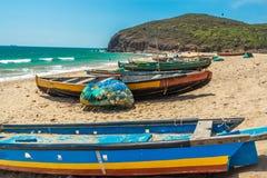 A vista larga de barcos de pesca estacionou apenas no litoral com fundo do mar ou do oceano, Visakhapatnam, Índia 5 de março de 2 Fotos de Stock Royalty Free