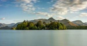 Vista larga de Derwentwater no distrito do lago foto de stock