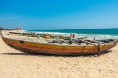 A vista larga de um barco de pesca estacionou apenas no litoral com os povos no fundo, Visakhapatnam, Andhra Pradesh, o 5 de març Imagem de Stock Royalty Free