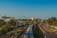 Vista larga de um trem running na trilha da curva do pé sobre a ponte, Chennai, Tamil Nadu, Índia, o 29 de março de 2017 Imagem de Stock