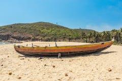 A vista larga do barco de pesca estacionou apenas no litoral com cacho e montanha no fundo, Visakhapatnam, Índia 5 de março de 20 Imagem de Stock Royalty Free