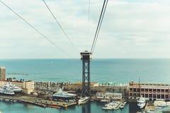 Vista larga do cabo aéreo, da baía e do mar em Barcelona Fotografia de Stock
