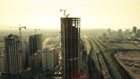 Vista larga e aérea, Skycrapers em Manama durante o por do sol Barém filme