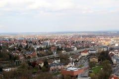 Vista larga na rua principal e nas construções em bielefeld Alemanha do telhado do sparrenburg fotos de stock