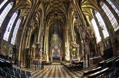 Vista larga super dentro da catedral de St Stephen na baixa de Viena foto de stock