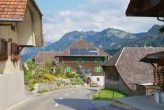 Vista a las casas típicas del campo en el emmental, Suiza Imágenes de archivo libres de regalías