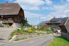 Vista a las casas típicas del campo en el emmental, Suiza Foto de archivo libre de regalías