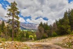 Vista a las colinas de las montañas del Cáucaso sobre rural polvoriento Fotografía de archivo libre de regalías