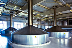 Vista a las cubas de acero de la fermentación Foto de archivo libre de regalías