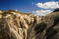Vista a las formaciones de la piedra arenisca en Cappadocia, Turquía El barranco natural imágenes de archivo libres de regalías