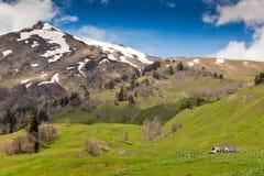 Vista a las montañas caucásicas Imágenes de archivo libres de regalías