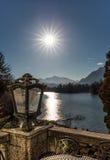 Vista a las montañas de un balkony Fotos de archivo libres de regalías