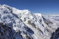 Vista a las montañas en el macizo de Mont Blanc Imagen de archivo