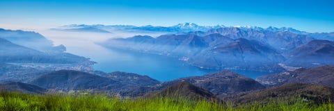 Vista a las montañas suizas de Monte Lema, cantón Tesino, Suiza, Europa fotografía de archivo