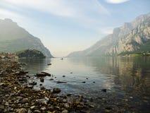 Vista a las montañas y a la canoa en un lago Foto de archivo