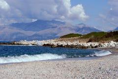 Vista a las montañas en Albania de la isla de Corfú Imágenes de archivo libres de regalías