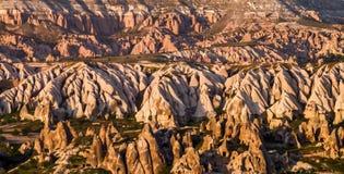 Vista a las viviendas de acantilado en Cappadocia, Turquía Cavetown antiguo cerca de Goreme en la puesta del sol imagen de archivo libre de regalías