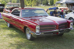 Vista lateral 1966 de Pontiac del rojo Imágenes de archivo libres de regalías
