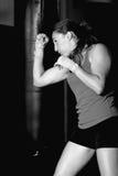 Vista lateral blanco y negro de la lucha femenina del boxeador foto de archivo