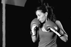 Vista lateral blanco y negro del boxeador de sexo femenino profesional foto de archivo libre de regalías