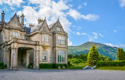 Vista lateral da casa em uma manhã ensolarada, Kerry de Muckross do condado, Irlanda fotos de stock