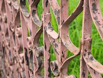 Vista lateral da cerca velha Vintage do ferro imagens de stock