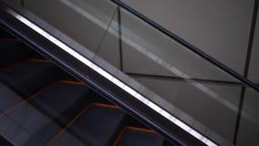 Vista lateral da escada rolante moderna filme