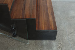 Vista lateral da escadaria de madeira foto de stock