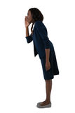 Vista lateral da gritaria da mulher de negócios fotografia de stock royalty free