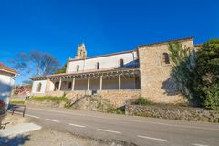 Vista lateral da igreja San Esteban de Leces nas Astúrias foto de stock royalty free