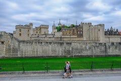Vista lateral da torre de Londres, com área da grama e os trilhos pretos foto de stock royalty free