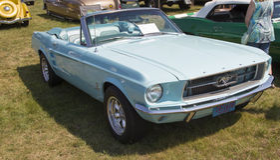 Vista lateral 1967 de Aqua Blue Ford Mustang Convertible Fotografía de archivo