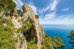 Vista lateral de Arco Naturale, isla de Capri, Italia foto de archivo