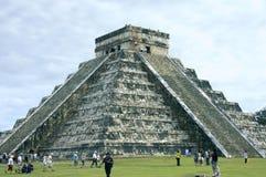 Vista lateral de Chichen Itza de la pirámide Imágenes de archivo libres de regalías