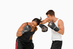 Vista lateral de dos boxeadores que luchan imagen de archivo libre de regalías