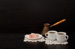 Vista lateral de dos tazas de café en las servilletas del cordón, el postre turco y los potes Foto de archivo libre de regalías