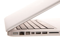 Vista lateral de entalhes modernos do computador portátil fotos de stock