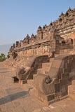 Vista lateral de escaleras principales en Borobudur en la base con el un montón de pequeñas estatuas del andbuddha de los stupas Fotos de archivo