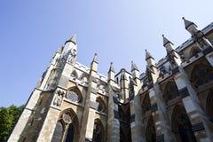 Vista lateral de la abadía de Westminster y del cielo azul Fotos de archivo libres de regalías