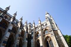 Vista lateral de la abadía de Westminster y del cielo azul Imagen de archivo libre de regalías