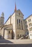 Vista lateral de la catedral de Grossmunster en Zurich en Suiza en suma Imágenes de archivo libres de regalías