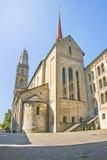 Vista lateral de la catedral de Grossmunster en Zurich en Suiza en suma Imagenes de archivo
