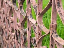 Vista lateral de la cerca vieja Vintage del hierro Imagenes de archivo