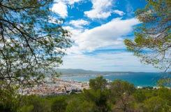 Vista lateral de la colina de St Antoni de Portmany, Ibiza, en un día de claro en noviembre, brisa caliente bondadosa en otoño, B Imágenes de archivo libres de regalías