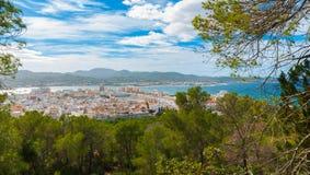 Vista lateral de la colina de St Antoni de Portmany, Ibiza, en un día de claro en noviembre, brisa caliente bondadosa en otoño, B Imagen de archivo
