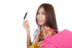 Vista lateral de la demostración asiática de la mujer panieres de crédito de un control de la tarjeta Imagen de archivo